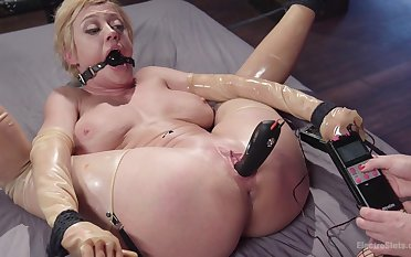 Busty babes Dee Williams and Lea Lexis bringing off with torture equipment
