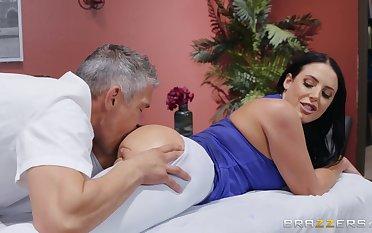 MILF goes spry dispirited with hammer away masseur's generous penis