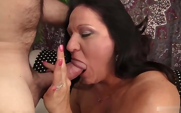 Mature brunette seems to shudder at very experienced when it comes to sucking cock until it explodes