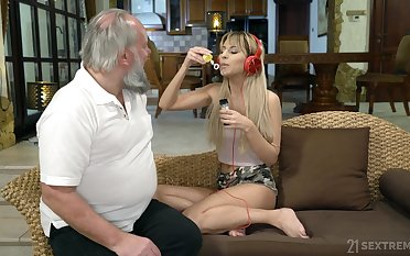 Lustful step granddaughter Sarah Cute gives a blowjob together with gets her pussy nailed