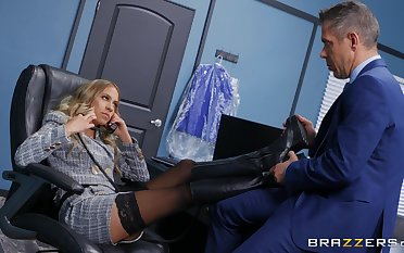 Office MILF gets intimate with a horny business partner