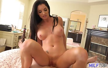 Sexy MILF Silvia Saige gives us a look readily obtainable her tits as she rides a unearth