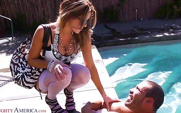 Hot married woman Courtney Cummz sucks get a kick out of a cum-thirsty bitch