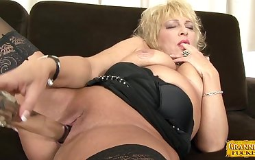 Chunky mature Sisy enjoys getting fucked by a wide-ranging lowering dick